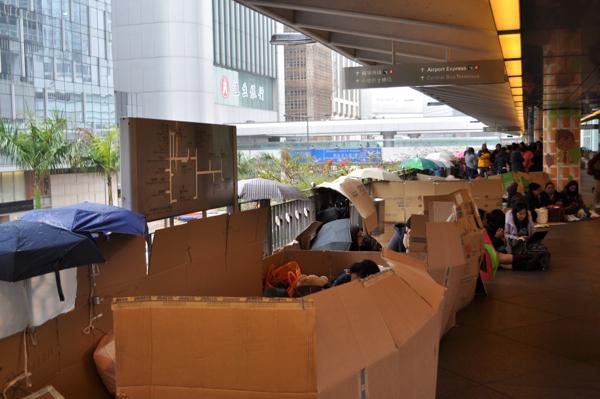 Китайцы в Гонконге строят домики из коробок