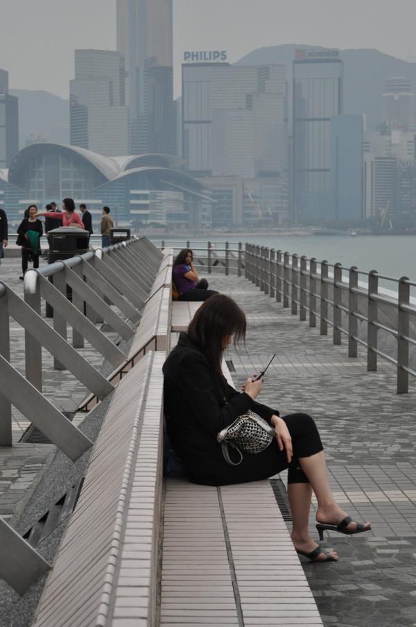 Люди на набережной в Гонконге
