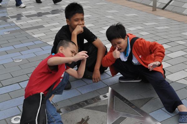Дети на аллее звёзд в гонконге