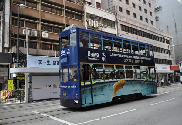 Трамвайная остановка в Гонконге