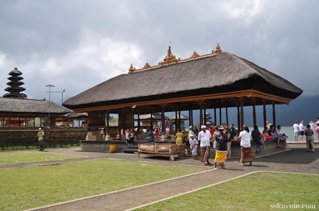 Священное озеро Братан и храм Улун Дану