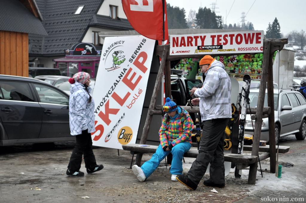 Сидим у проката сноубордов и лыж