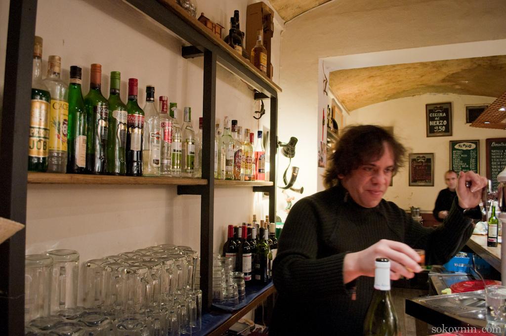 Роло у себя в баре