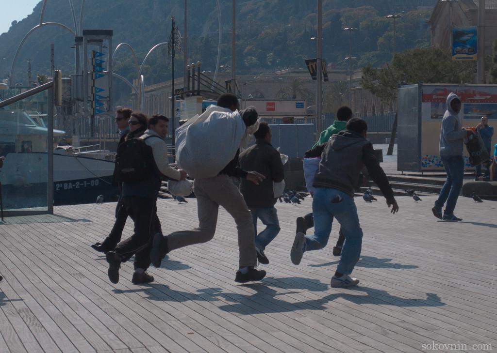 Торговцы на набережной в Барселоне