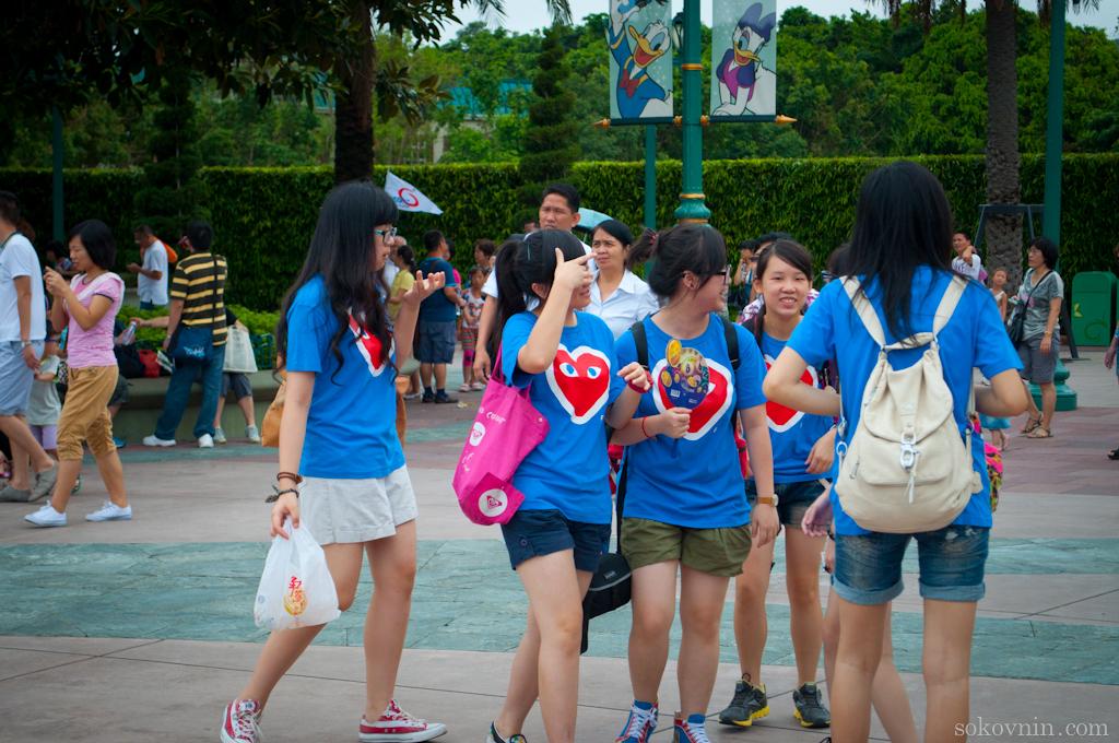 Китайские школьницы идут в Диснейленд