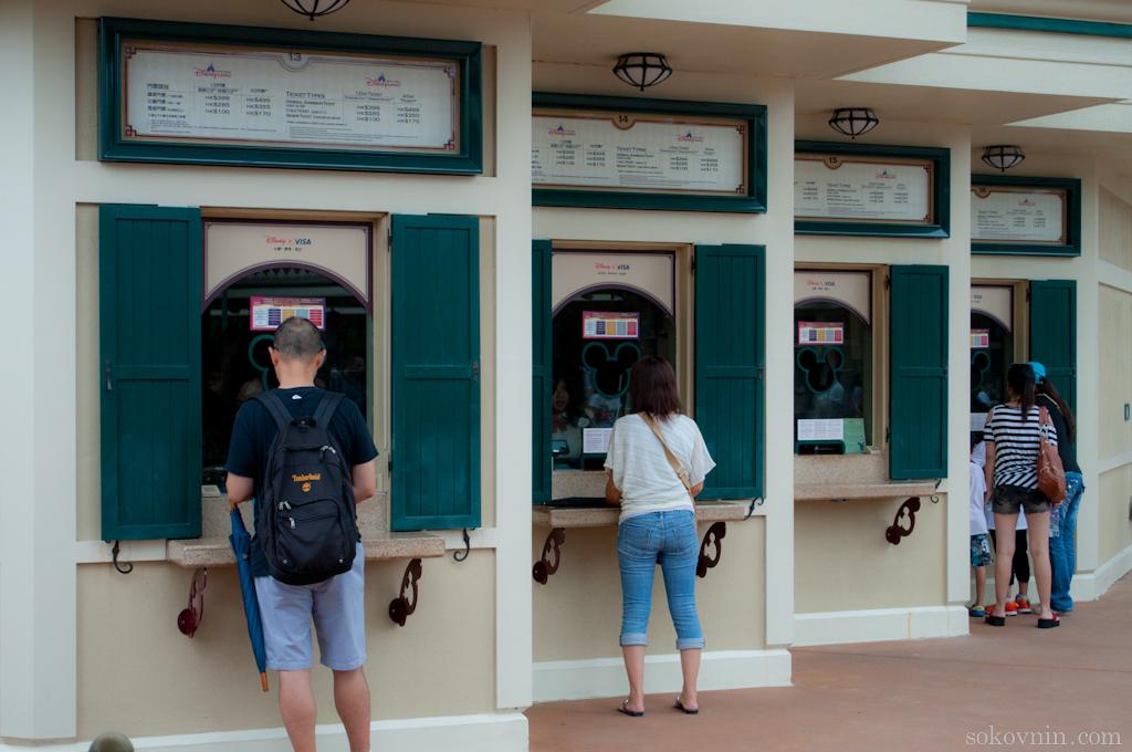 В кассе перед входом можно купить билет в Диснейленд
