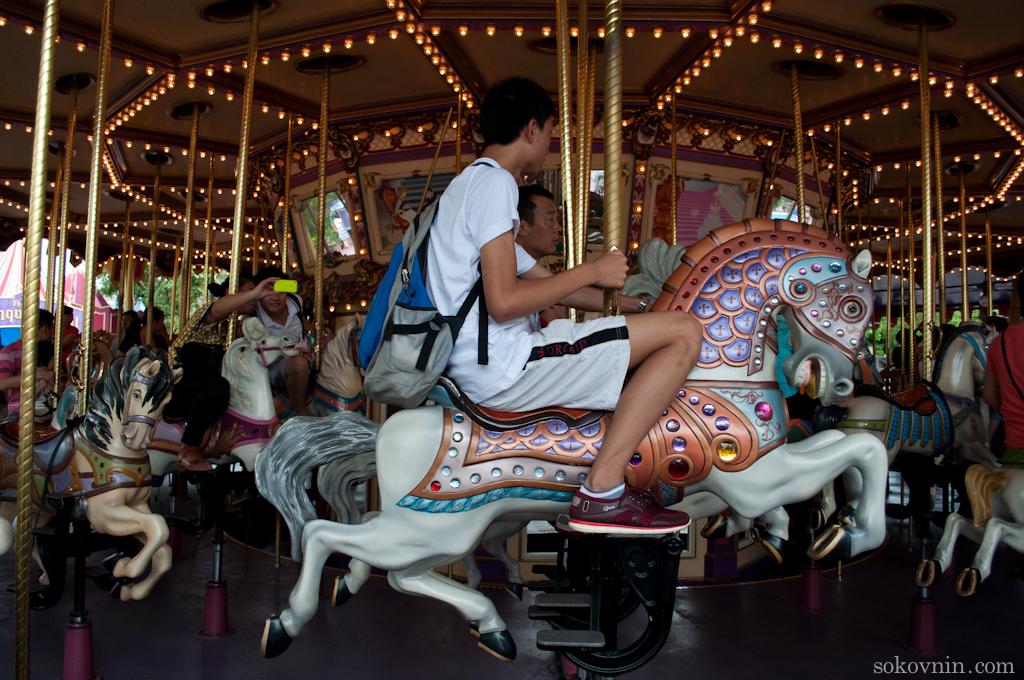 В Диснейленде можно поездить на лошадках
