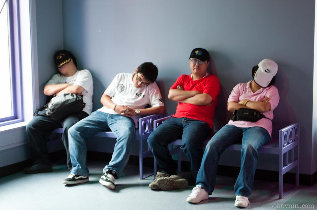 Дети развлекаются, а родители спят
