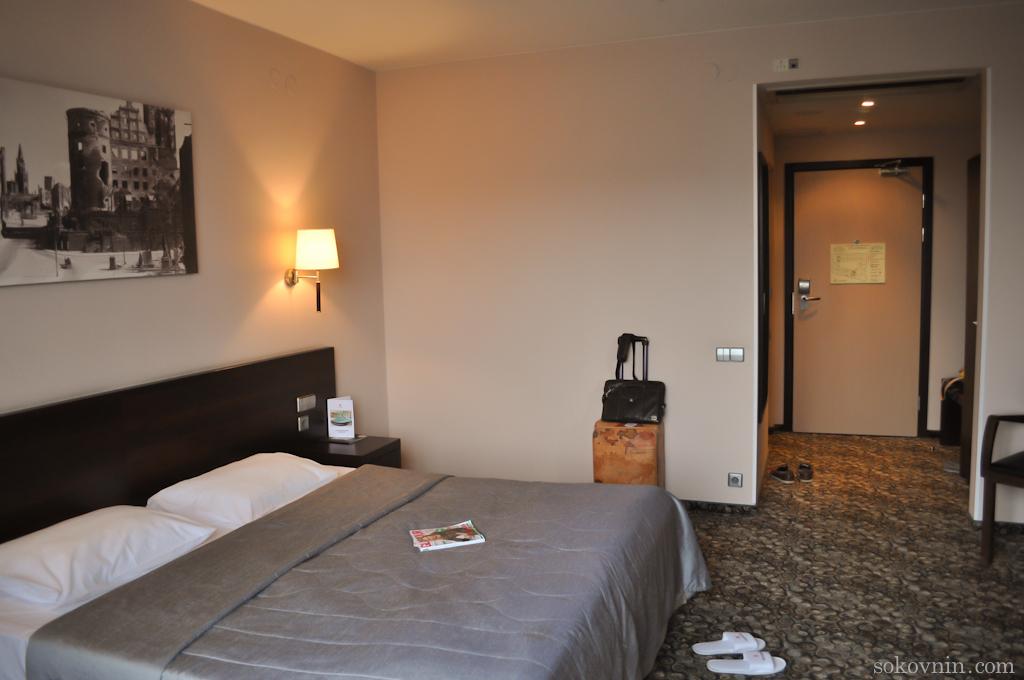 Большая двуспальная кровать в отеле