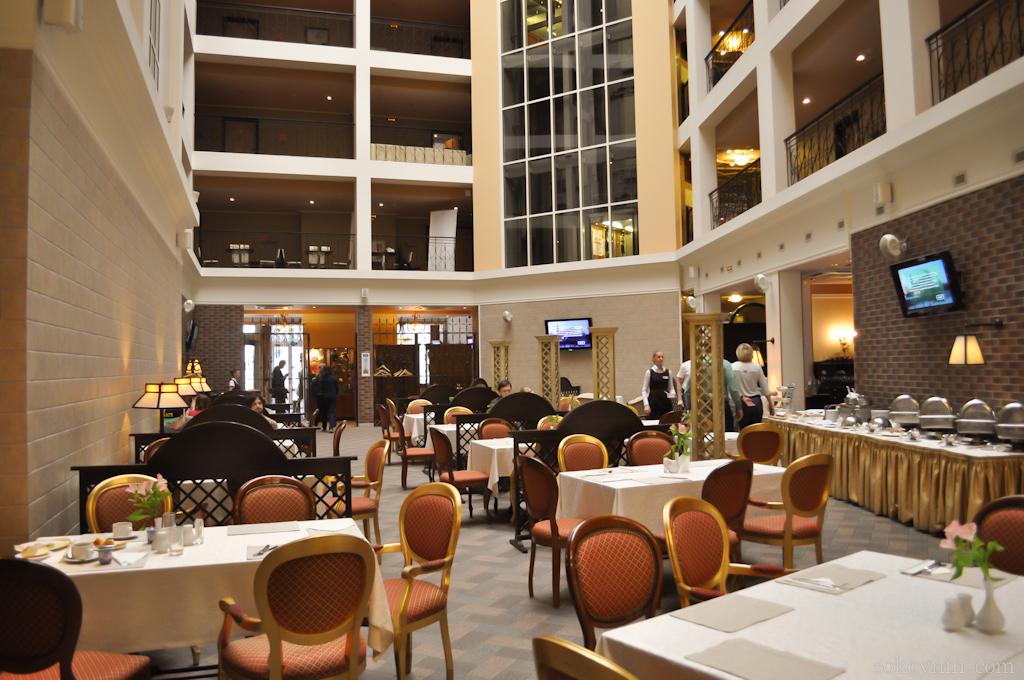Ресторан с высоким потолком в отеле