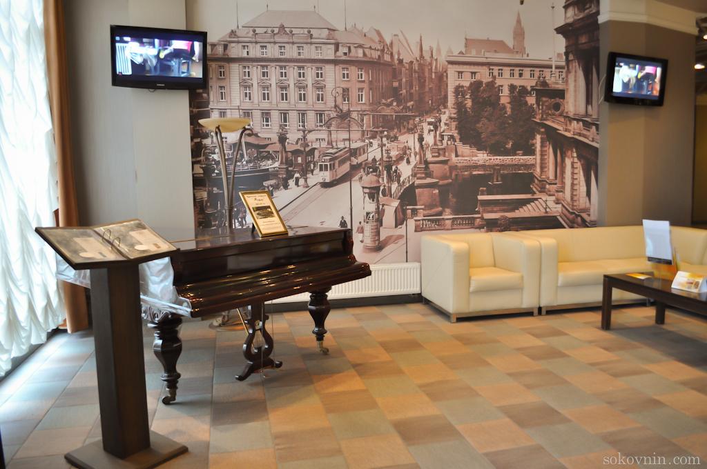 Старинный рояль в отеле