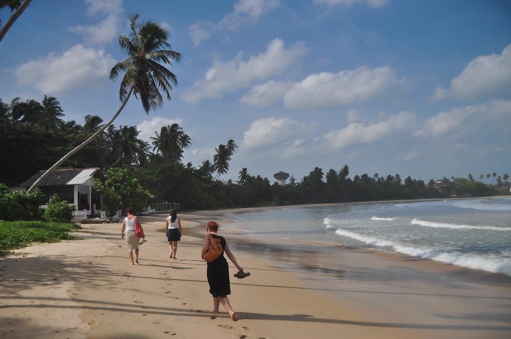Идём вдоль берега по пляжу