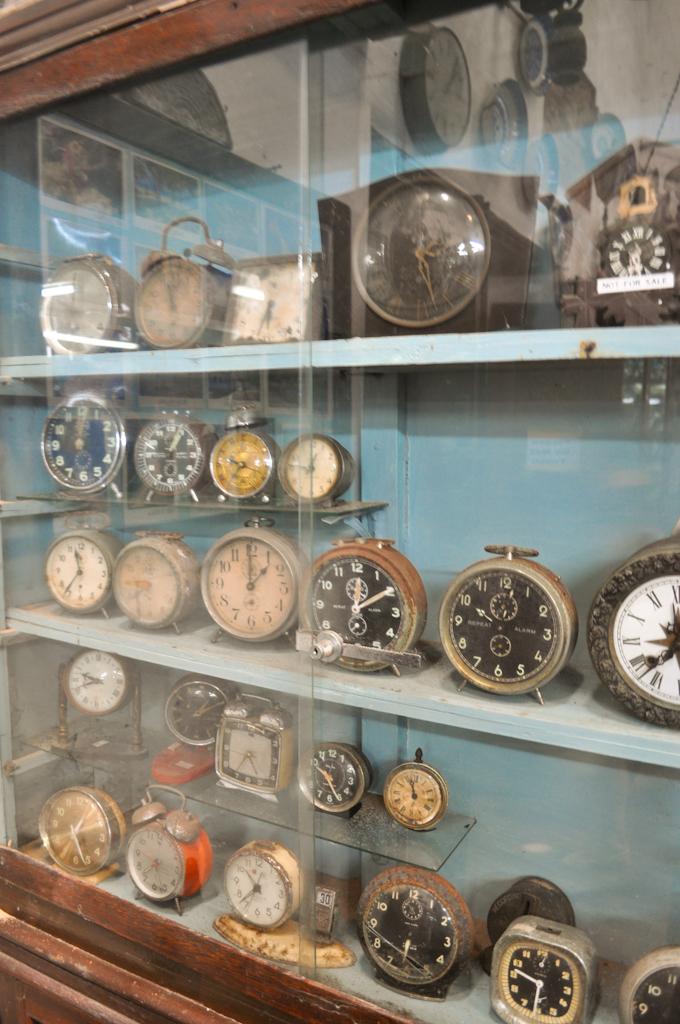 Много старых часов