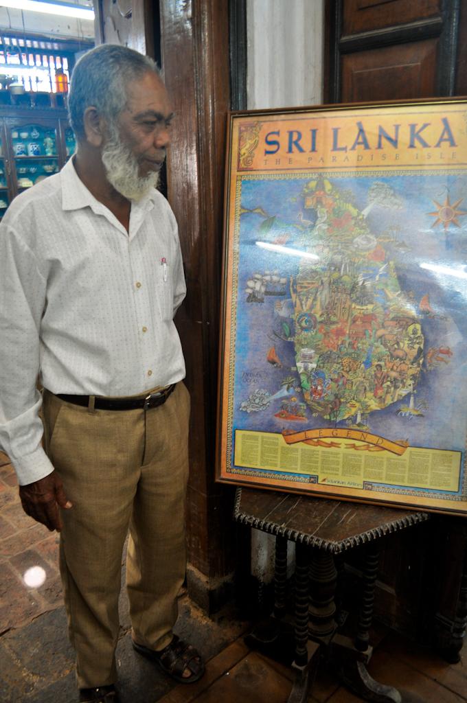 Шри-Ланкиец и карта Шри-Ланки