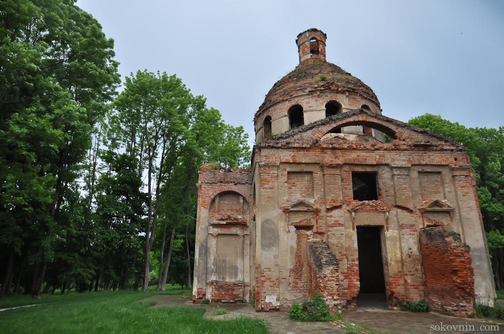 Разрушенная церковь на территории усадьбы Лафер