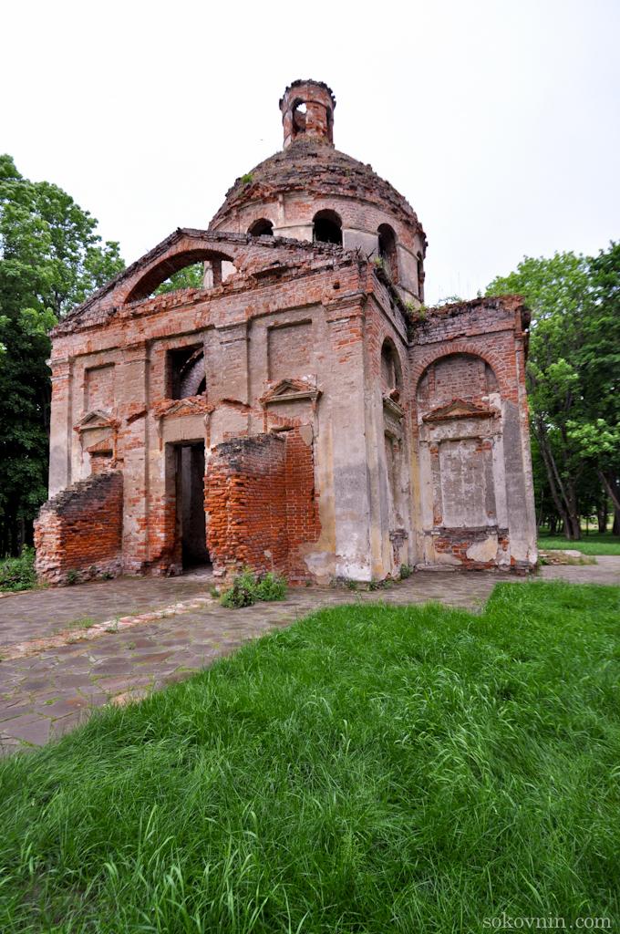 Старая церковь на территории усадьбы