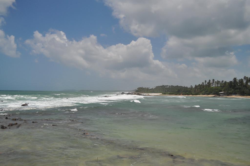 Каменистый берег с другой стороны отеля