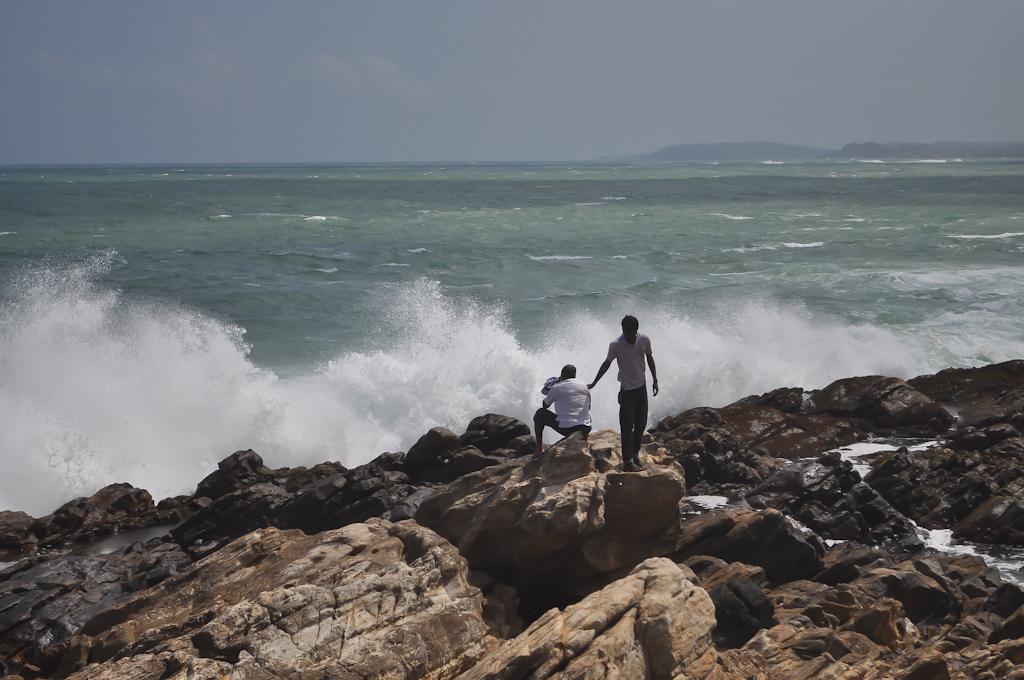 Шри-Ланкийцы сидят на камнях