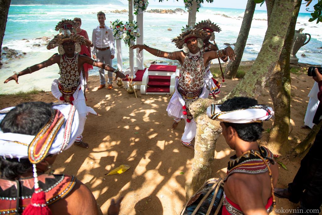 Свадебная церемония на берегу океана