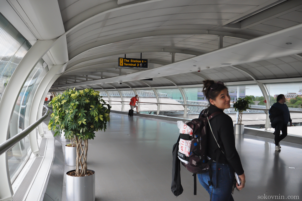 Аэропорт в Манчестере, идём к автобусной остановке