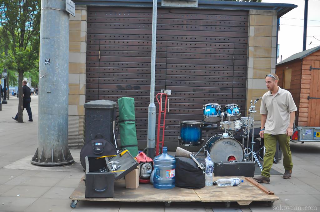 Уличный музыкант готовится к выступлению