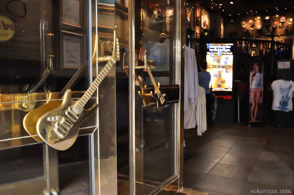 Двери с ручками в виде гитар