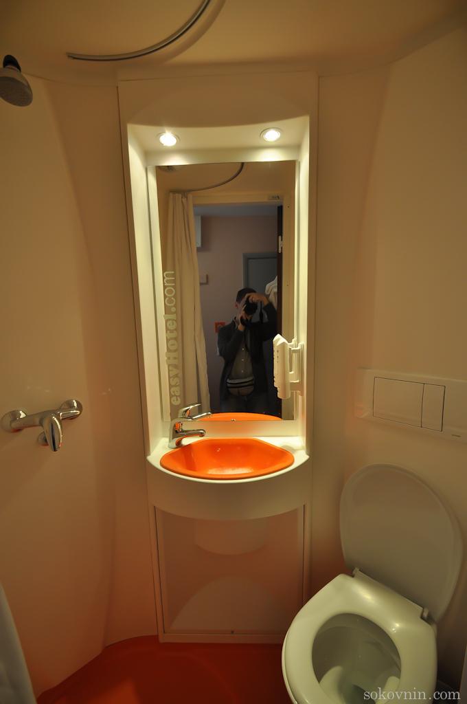 Туалет и душевая в EasyHotel