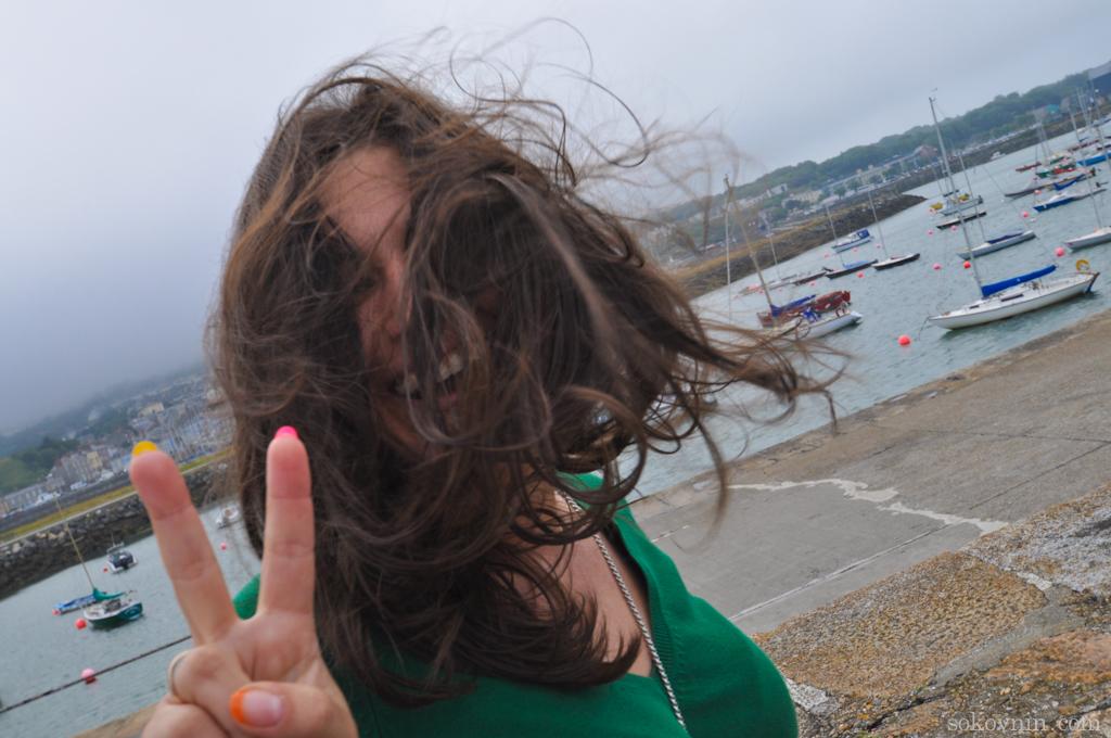 Сильный ветер растрепал волосы