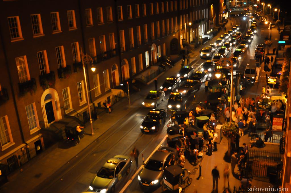 Ночной вид на улицу из окна отеля