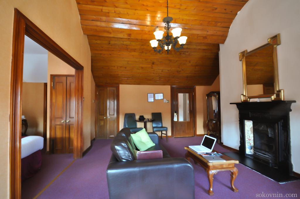 Большая комната с диваном