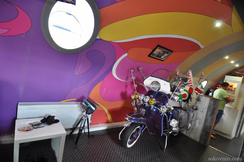 Мотоцикл в отеле Yellow Submarine