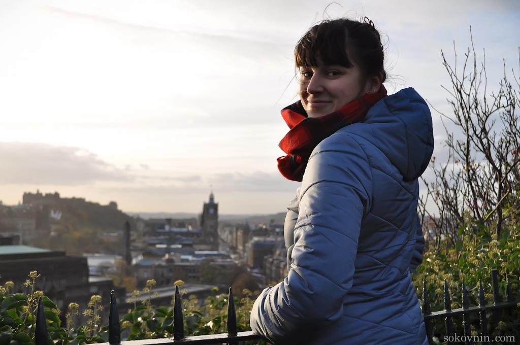 Вика на фоне Эдинбурга