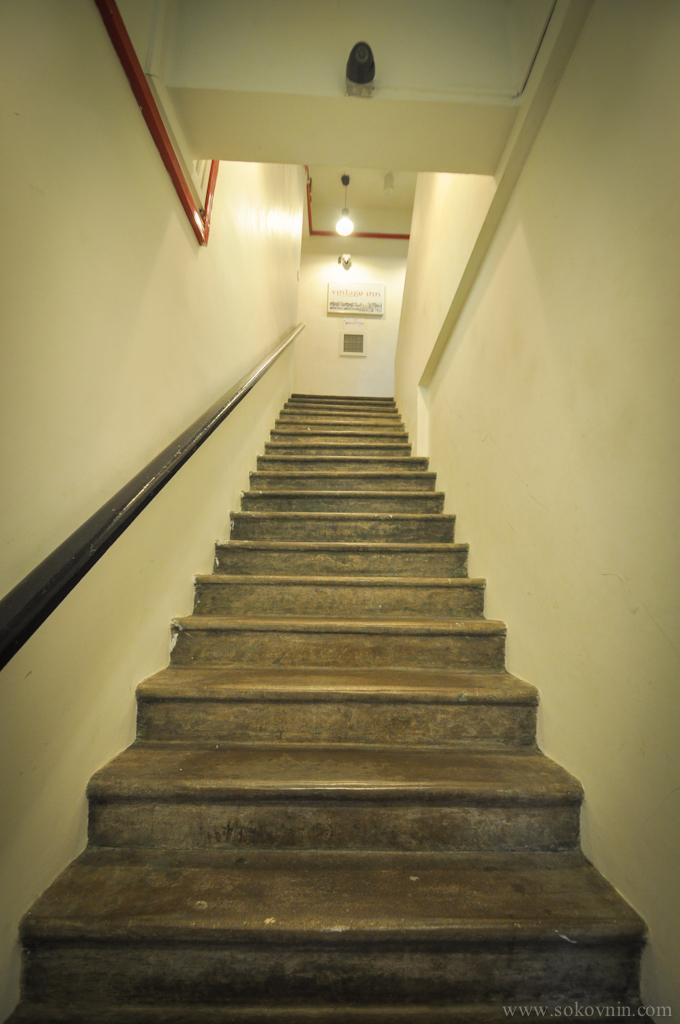 Крутая лестница в хостел