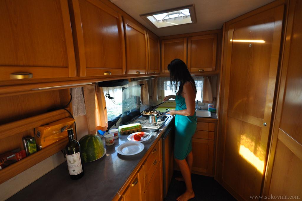 Готовим завтрак в доме на колёсах
