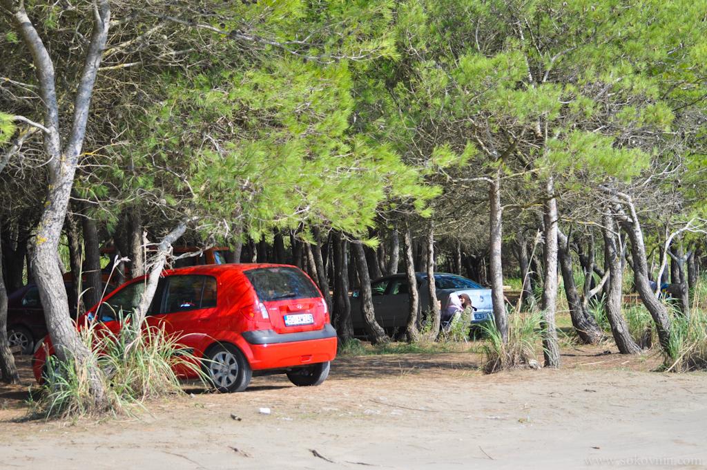 Парковка недалеко от пляжа в Ульцине