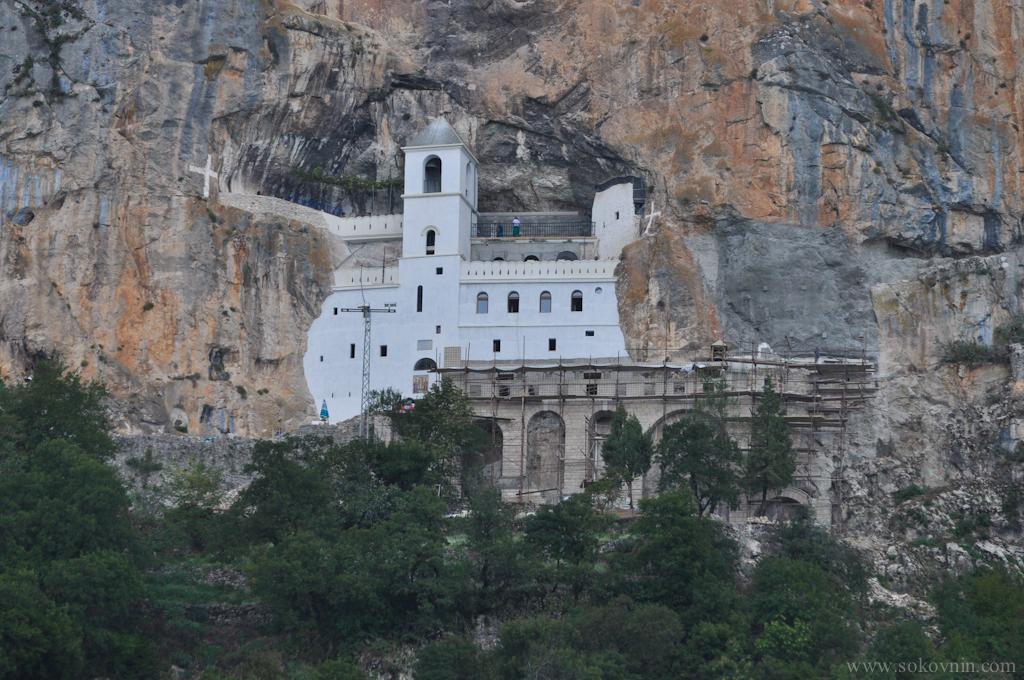 Вид на монастырь Острог со смотровой площадки
