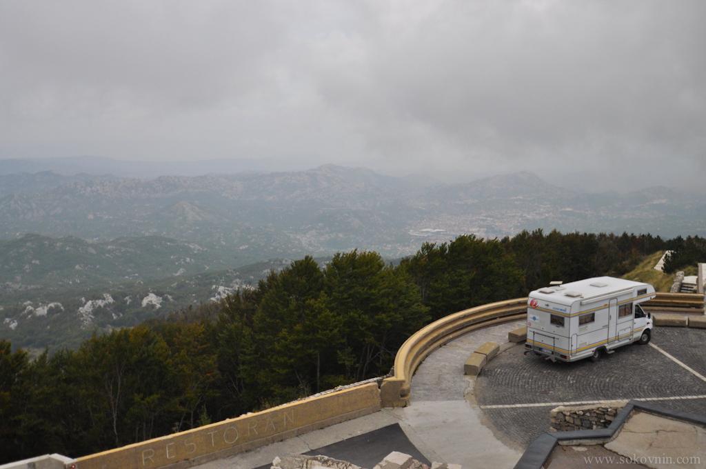 Стоянка для машин на горе Ловчен