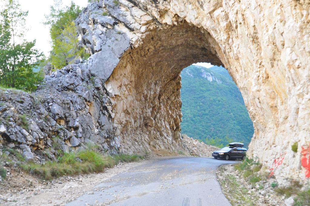 Тоннель в скале