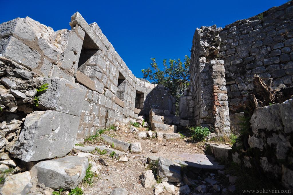 Разрушенная крепость в которе