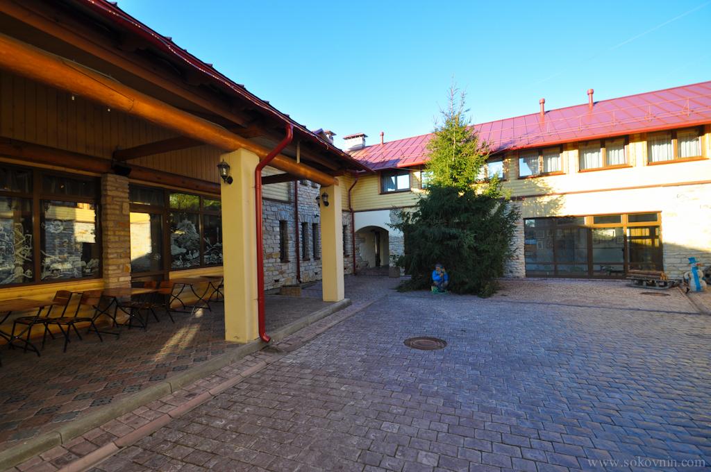 Территория отеля Изборск