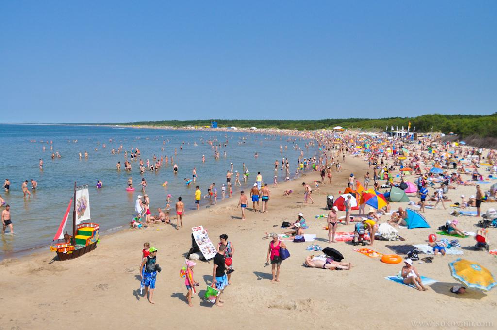 Много людей на пляже