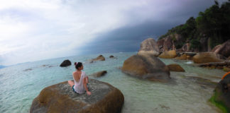 Остров Самуи пляж с камнями