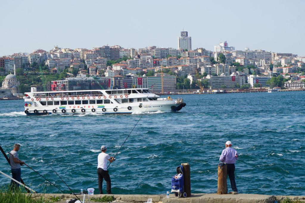 Рыбаки на набережной Стамбула