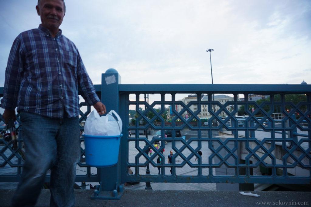 Турецкий рыбак на Галатском мосту