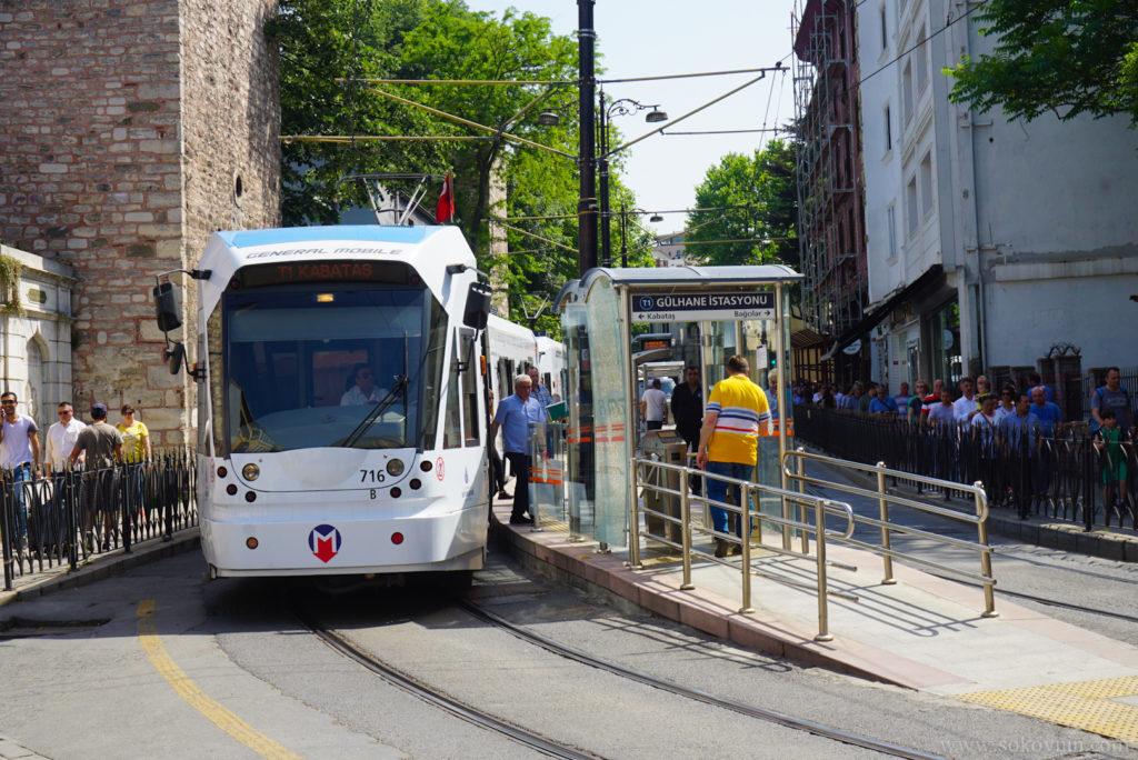 Трамвайная остановка в Стамбуле